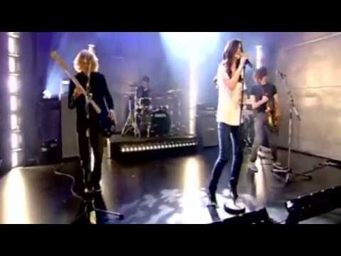 selena-gomez-singing